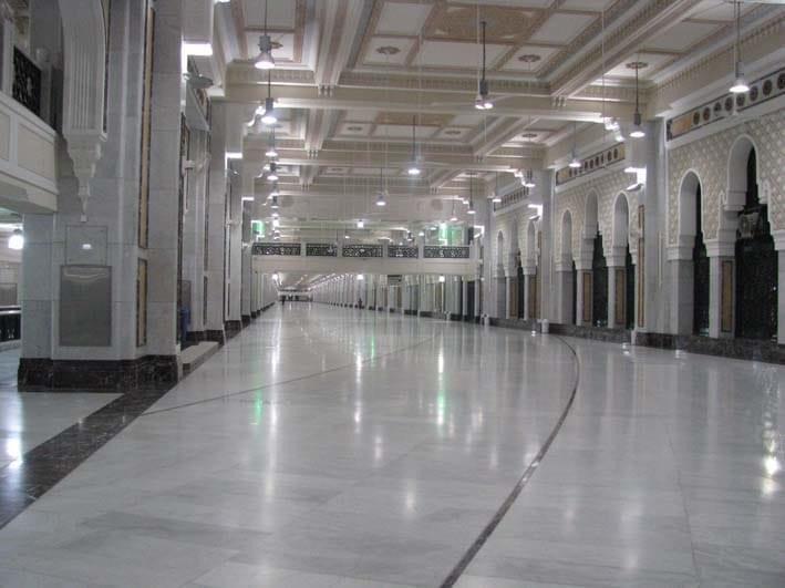 Dibalik Kisah Marmer Penyerap Panas yang Ada di Masjidil Haram dan Masjid Nabawi